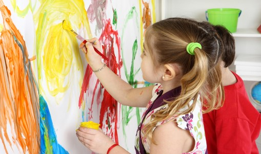 چگونه با کودکانی که بر روی در و دیوار نقاشی میکنند رفتار کنیم ؟