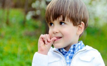 پسر 4 ساله ای دارم که مدام لبش رو میمکه و ناخن می خوره