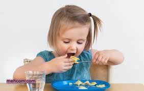 تشویق کودک برای اینکه خودش غذا بخورد